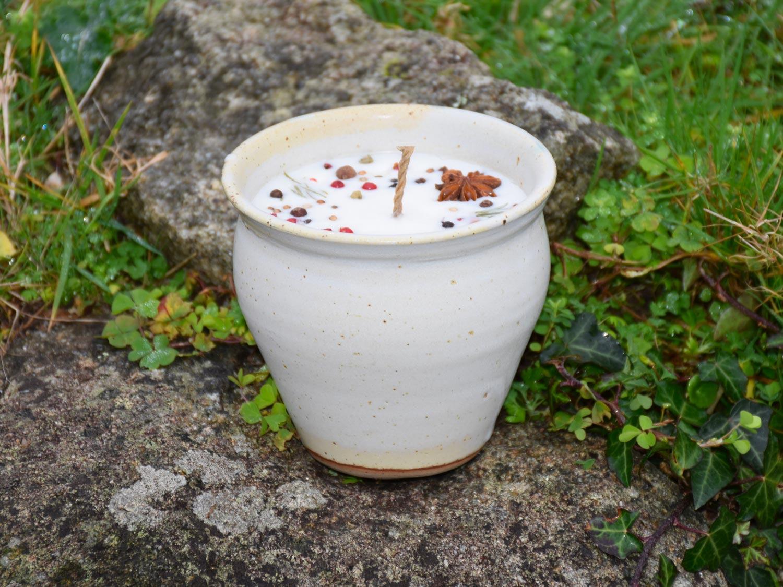 Bougie artisanale baies cannelle badiane, pot en grès blanc crème