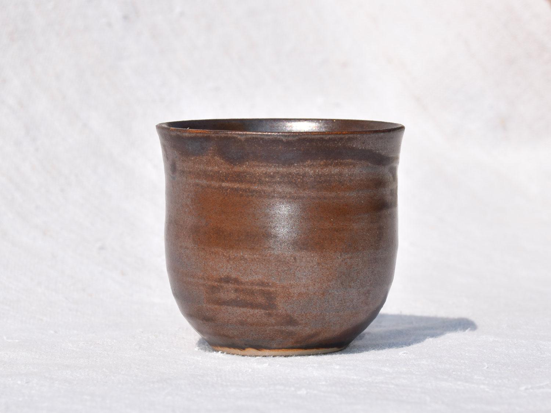 Petite tasse en grès marron glacé