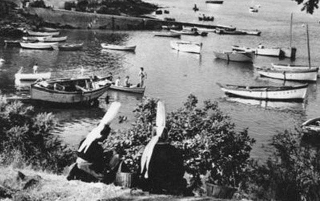 Deux bigoudènes sur le port de Sainte-Marine